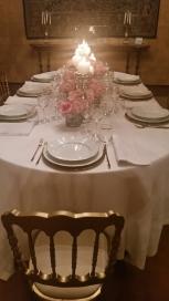 tavola allestita nella sala della villa